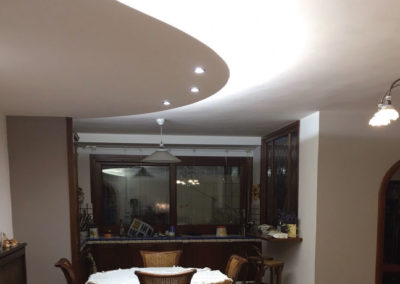 soffitto in cartongesso curvo salone con luci